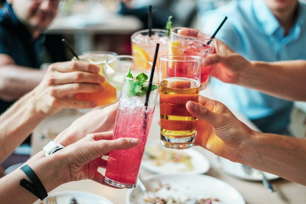Alimentazione uomo bevande alcoliche non più di 2 bicchieri di vino al giorno